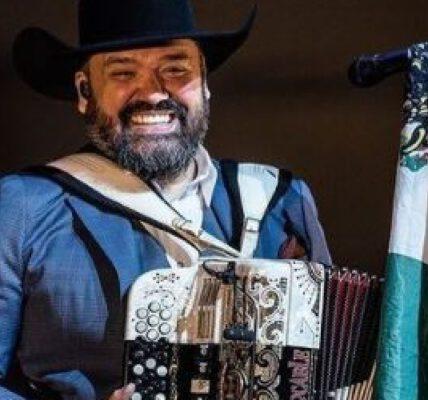 Él es el vocalista de Intocable que se vacunó contra el Covid-19